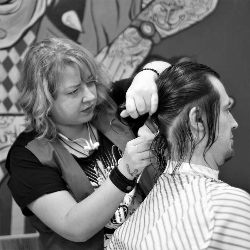 Аня работает с длинными волосами